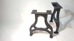 Foto von einem Tischgestell Maschinenoptik aus schweren Eisenguss im Querformat